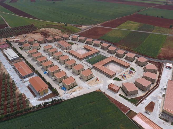 Mille posti letto e campi da calcio Nasce la città degli orfani siriani