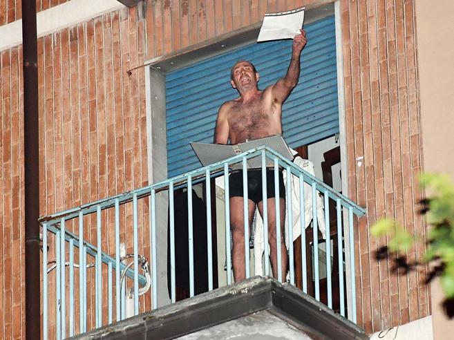 Le ossessioni di Ferdinando, barricato in casa tra i  fantasmi Uscito  dopo 24 ore Video|Foto