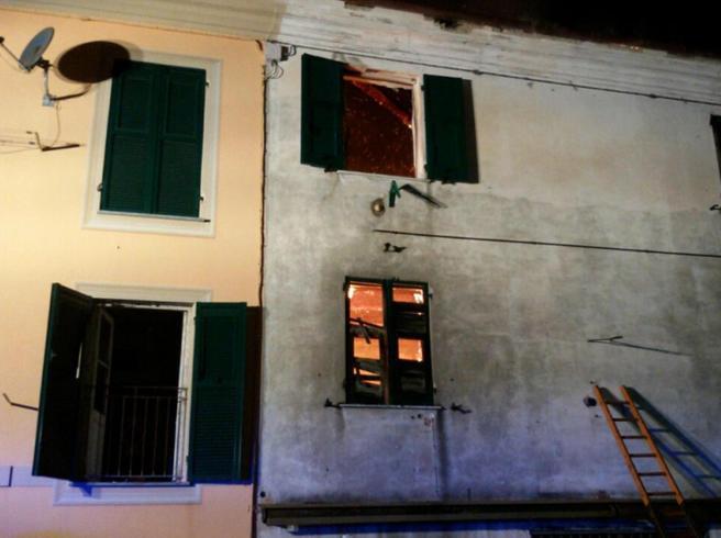 Genova, morto padre del bambino lanciato per salvarlo dall'incendio