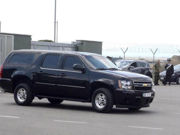 La Chevrolet dell'ex presidente Usa Obama e della moglie Michelle lascia l'aeroporto militare di Grosseto (Ansa)