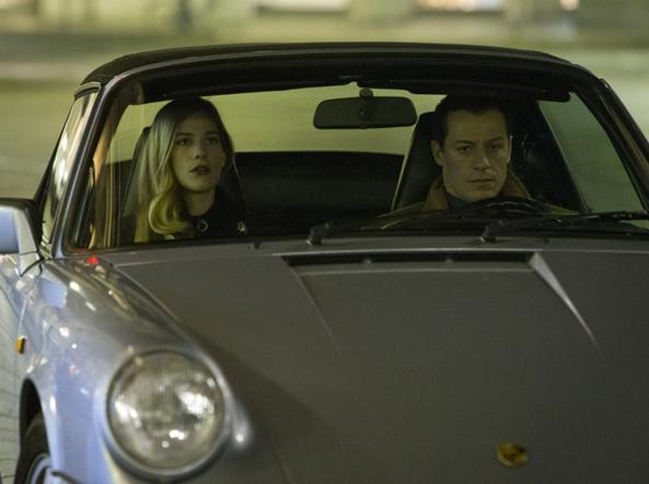 Tea Falco (Bibi Mainaghi) e Stefano Accorsi (Leonardo Notte) sulla Porsche 911 Carrera Cabrio