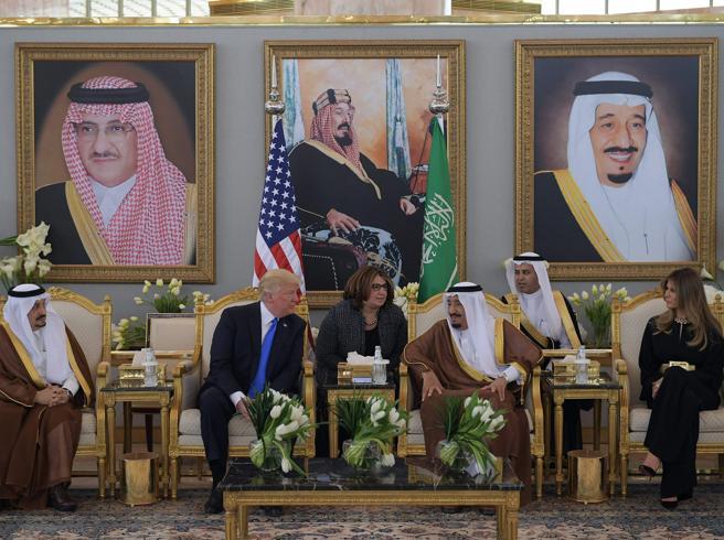 Trump in Arabia Saudita: re Salman lo aspetta (a sorpresa) all'aeroporto
