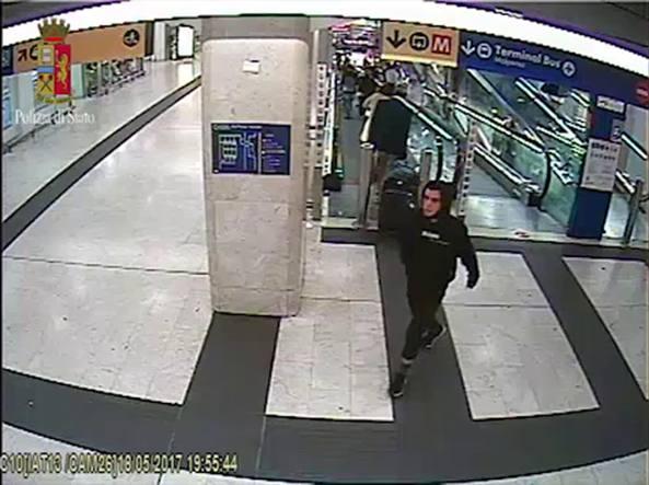 Ismail Tommaso Ben Youssef Hosni alla stazione Centrale di Milano (Photo Masi)