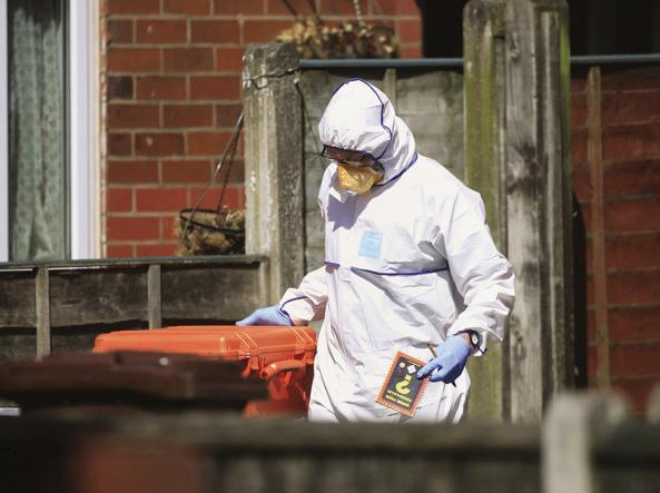 Manchester, polizia entra nella casa dell'attentatore Salman Abedi VIDEO