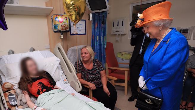 La regina Elisabetta visita i feriti in ospedale a Manchester (Afp/Byrne)