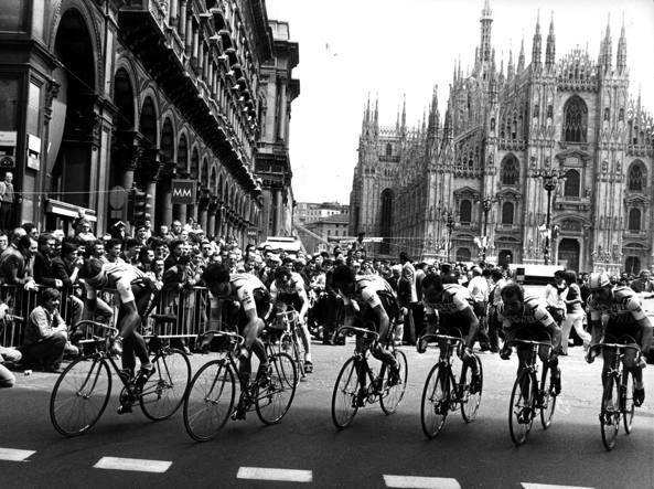 Giro 1982: cronosquadre al via da piazza Duomo. Nella foto, la Renault di Bernard Hinault