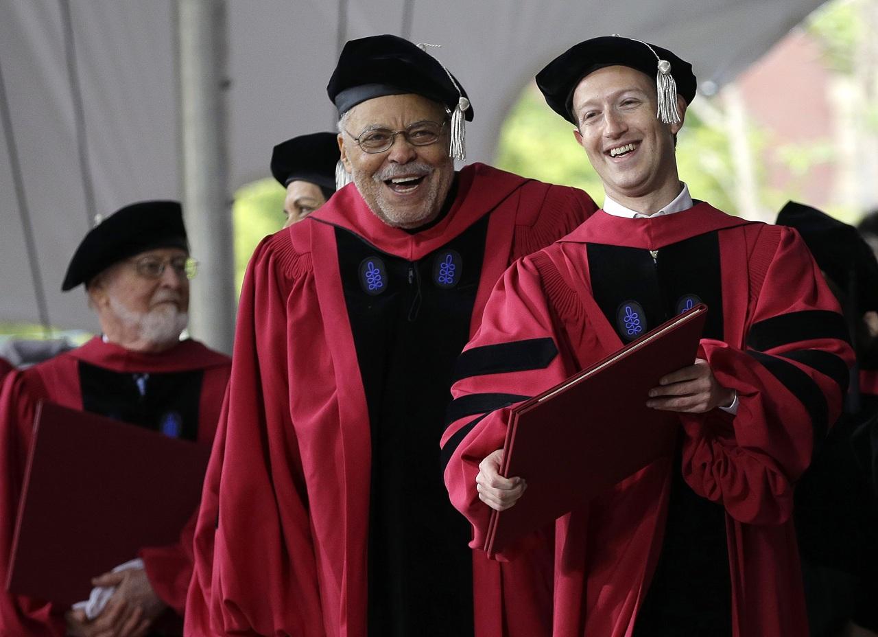 Ông chủ Facebook nhận bằng tốt nghiệp Harvard sau 13 năm bỏ học - H1