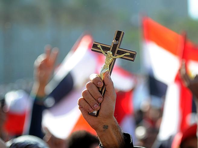 Attacco a bus di cristiani in Egitto, almeno 35  morti: «Ci filmavano mentre ci sparavano contro»