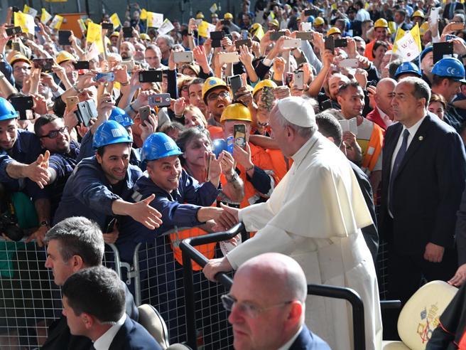 Il  Papa all'Ilva di Genova: «Quando l'economia diventa speculazione è spietata»