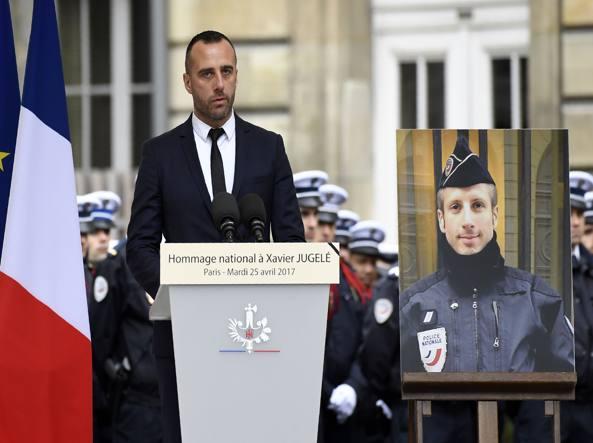 Parigi, nozze postume tra il poliziotto ucciso sugli Champs-Elysées e il compagno