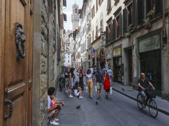 Stupore e nervosismo turisti innaffiatura sagrati a Firenze