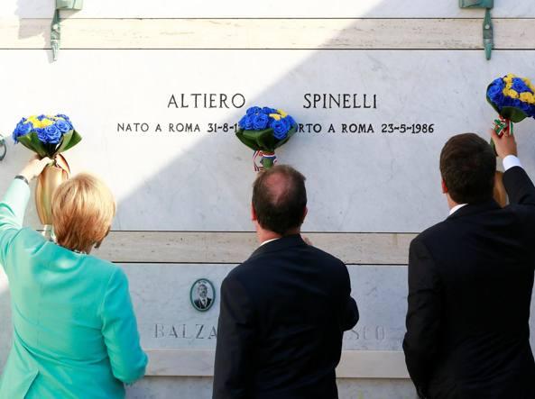 L'omaggio di Angela Merkel, François Hollande e Matteo Renzi alla tomba di Altiero Spinelli a Ventotene (agosto 2016, foto Reuters)