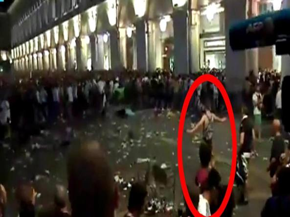 Torino, Chiara Appendino contro i venditori abusivi: