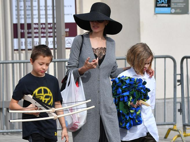 Angelina Jolie, cappello e maglione lungo: shopping al mercatino con i figli