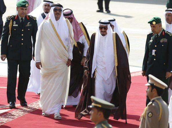 Re Salman dell'Arabia Saudita (a  destra)  con l'emiro al Thani del Qatar in un incontro del 2015