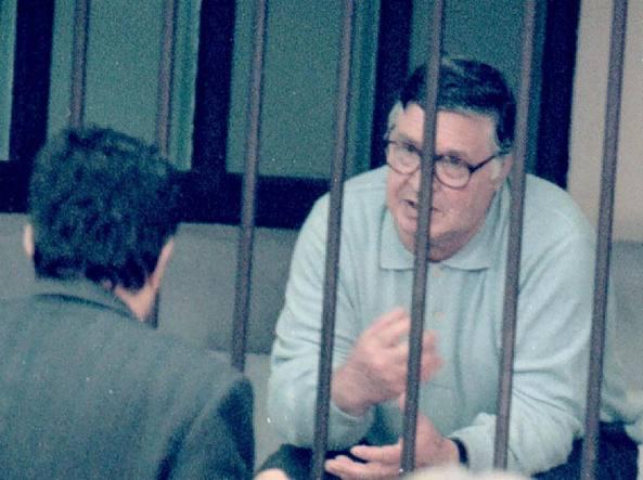 Totò Riina parla con uno dei legali nell'aula bunker dell'ex carcere fiorentino di Santa Verdiana, durante il processo per gli attentati del 1993 a Milano, Roma e Firenze (Ansa)