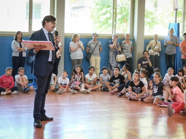 Nicola Saldutti del Corriere alla cerimonia di premiazione dei bambini della scuola Giovanni XXIII di Cusano Milanino (Fotogramma)