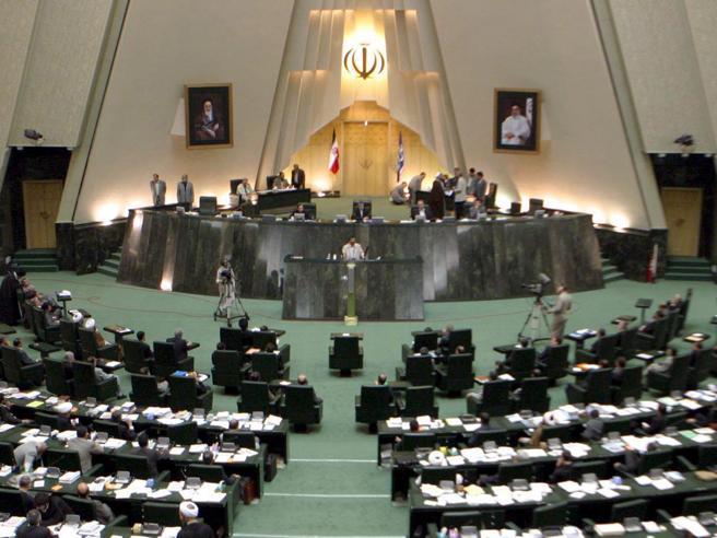 Iran, attacco al Parlamento e  kamikaze al mausoleo di KhomeiniAlmeno cinque morti e 12 feriti