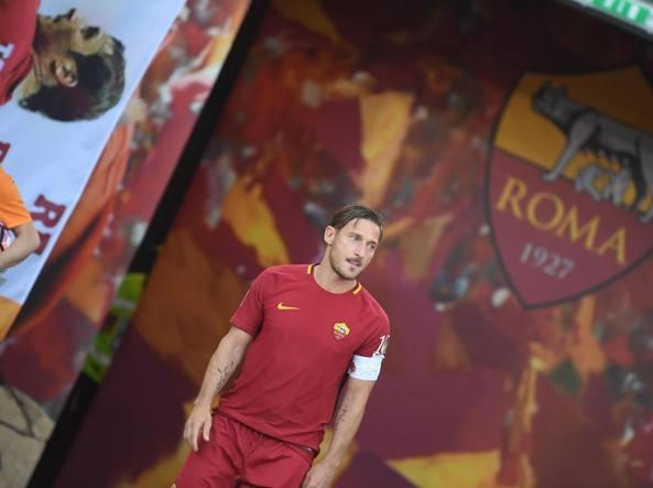 Bandiera Francesco Totti, 40 anni, 786 partite e 307 gol con la maglia della Roma. Totti ha anche giocato 58 volte in Nazionale segnando 9 reti (Ansa)