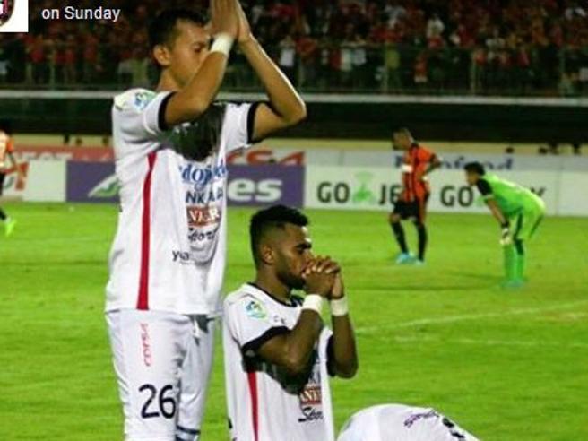 Bali: i giocatori di tre fedi diverse pregano insieme sul campo di calcio