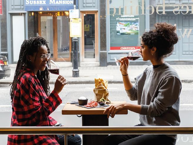 Amici, imprenditori: i 4 italiani che vogliono esportare il vino (e l'happy hour) a Londra