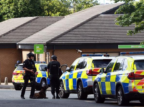 Newcastle: uomo armato di coltello prende in ostaggio 6 persone