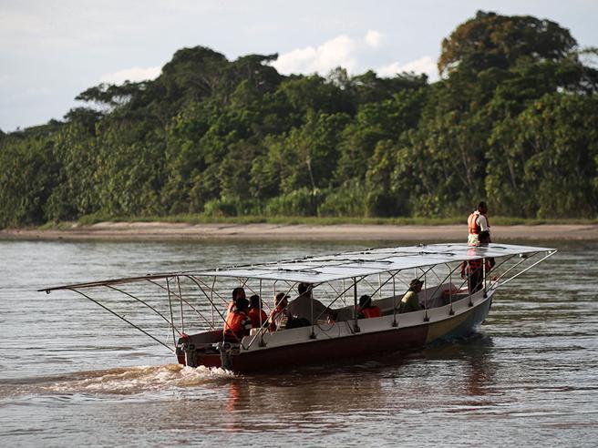 Ecuador, il viaggio di Kara Solar la prima canoa a energia solare