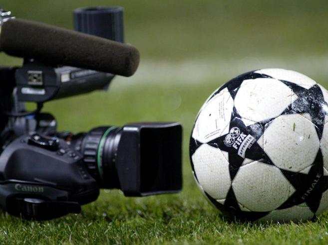 "Caos calcio e diritti tv: Mediaset si ritira, resta Sky. Tavecchio: ""Non li assegniamo"""