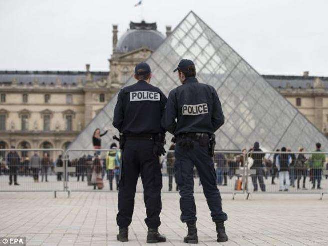 Parigi, molotov in  ristorante: quattro feriti, tre sono gravi Le prime immagini - video