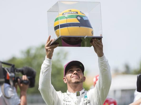 Lewis Hamilton con il casco di Senna (Afp)