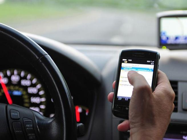 Smartphone alla guida, abitudine pericolosa: da Apple ai disegni di legge tutte le possibili soluzioni