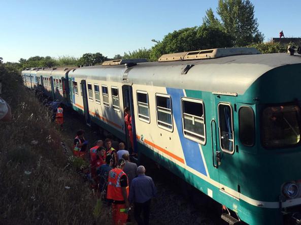 I soccorsi dopo lo scontro tra due treni tra Galugnano e San Donato (Ansa/Congedo)