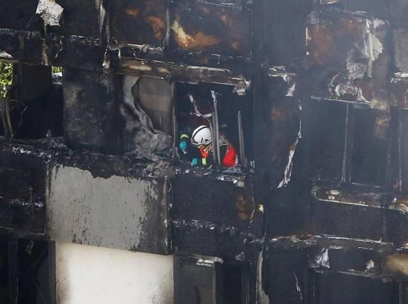 Incendio a londra brucia grattacielo di 24 piani almeno for Piani di cabina della torre di fuoco