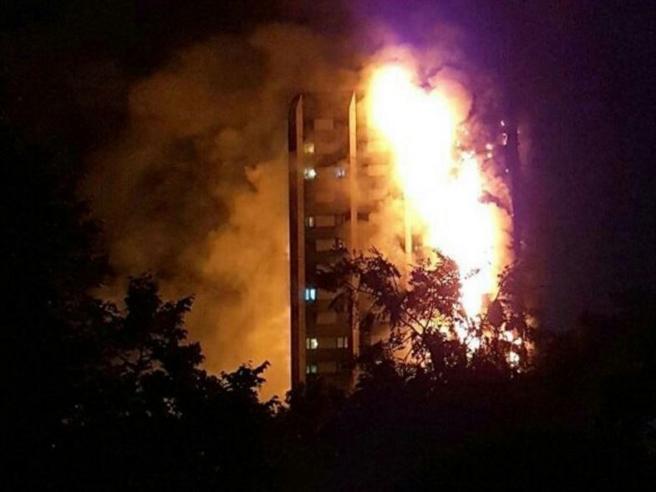 Incendio londra 30 i ricoverati for Piani di cabina della torre di fuoco