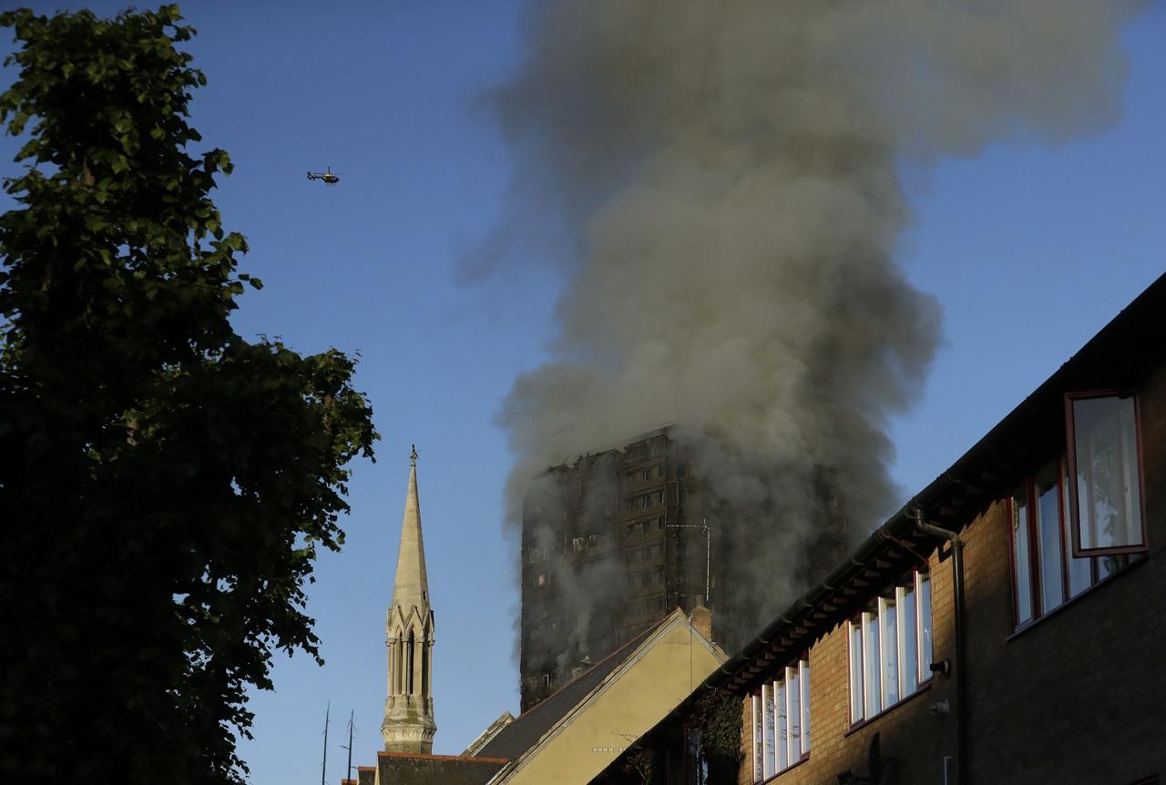 Incendio a londra brucia torre di 27 piani for Piani di cabina della torre di fuoco
