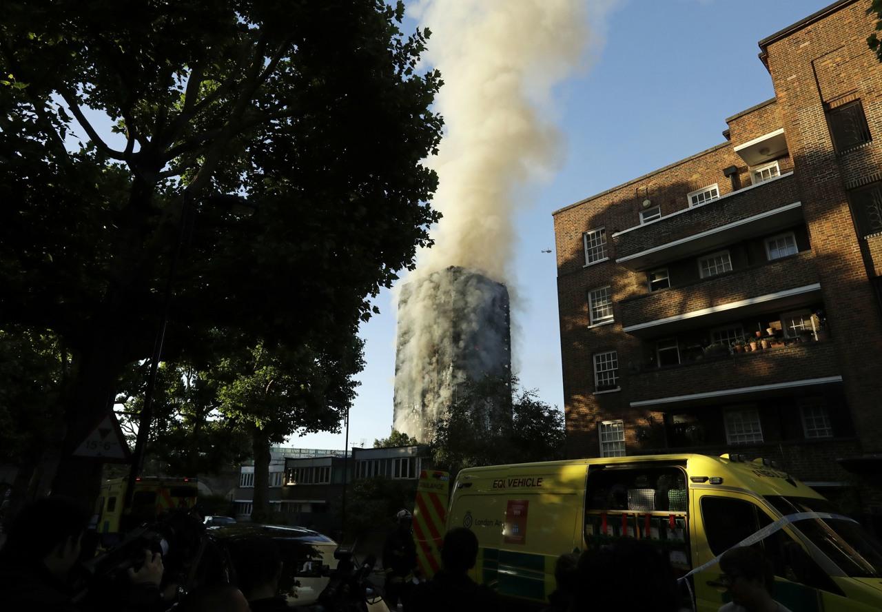 incendio a londra brucia torre di 24 piani