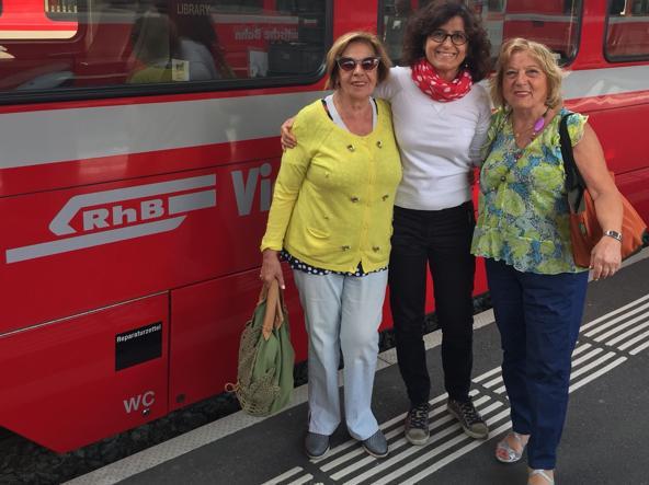 L'autrice dell'articolo insieme alla madre Ida Di Cesare (a destra) e un'amica, Paola Cesaraccio, davanti al Trenino Rosso