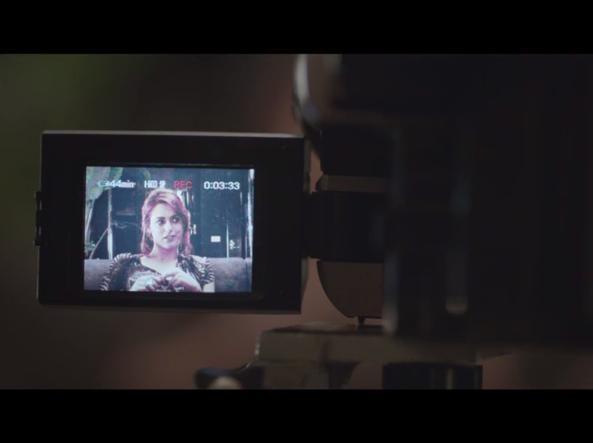 Una scena in cui si vede la telecamera  usata da Veronica Castello in 1993