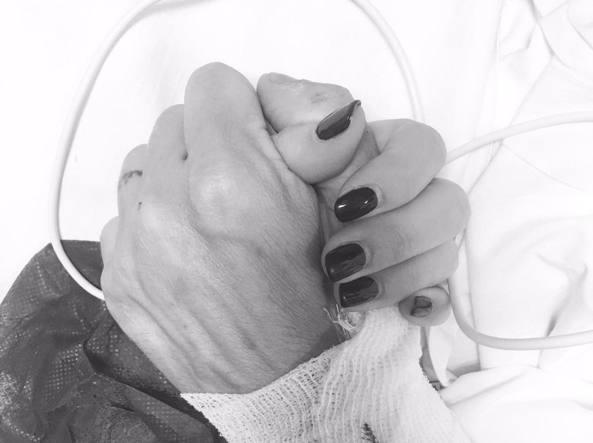 Da Instagram: la prima foto di Max Biaggi dopo l'incidente postata dalla compagna Bianca Atzei