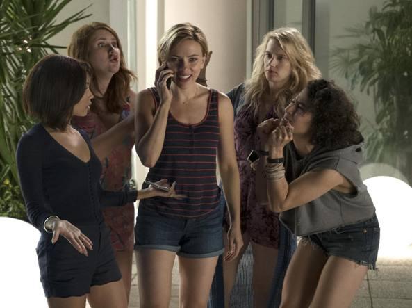 Le cinque amiche durante l'addio al nubilato a Miami: da sinistra, Zoë Kravitz, Jillian Bell, Scarlett Johansson, Kate McKinnon e Ilana Glazer