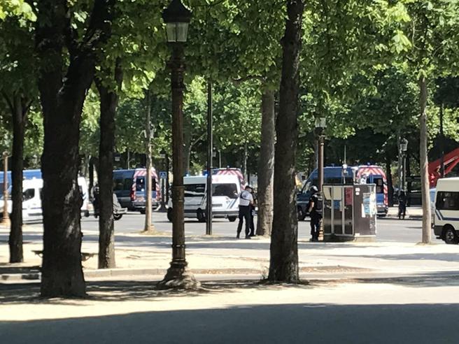 Auto in fiamme e uomo a terra Torna la  paura sugli Champs Elysees.   «Evitate la zona»