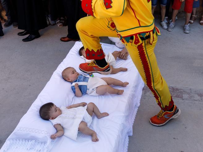 Spagna, così il «diavolo» salta sui bambini stesi per strada Foto