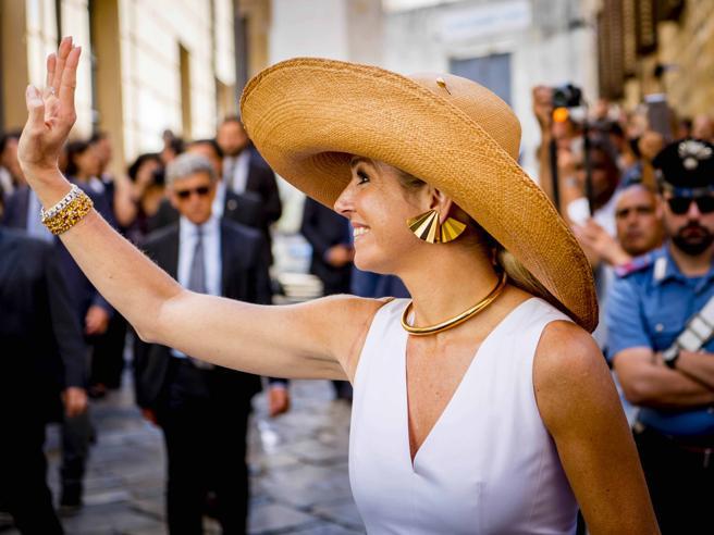 Maxima d'Olanda come una diva. Vestito bianco e cappello di paglia o velo di pizzo nero: la Regina «strega» gli italiani