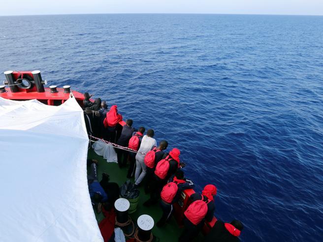 Migranti, gommone naufraga al largo della Libia: «Otre 12o morti»