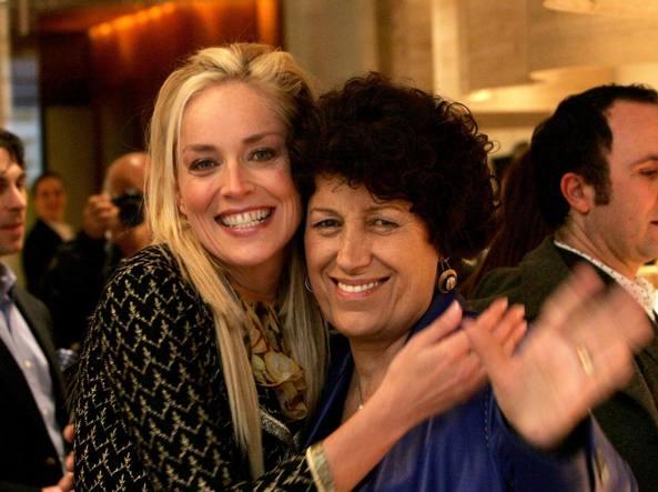 Carla Fendi con l'attrice americana Sharon Stone (Ansa)