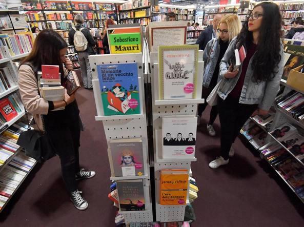 Uno stand della Fiera di Rho (Milano) durante la prima edizione di Tempo di Libri lo scorso aprile (Foto Ansa)