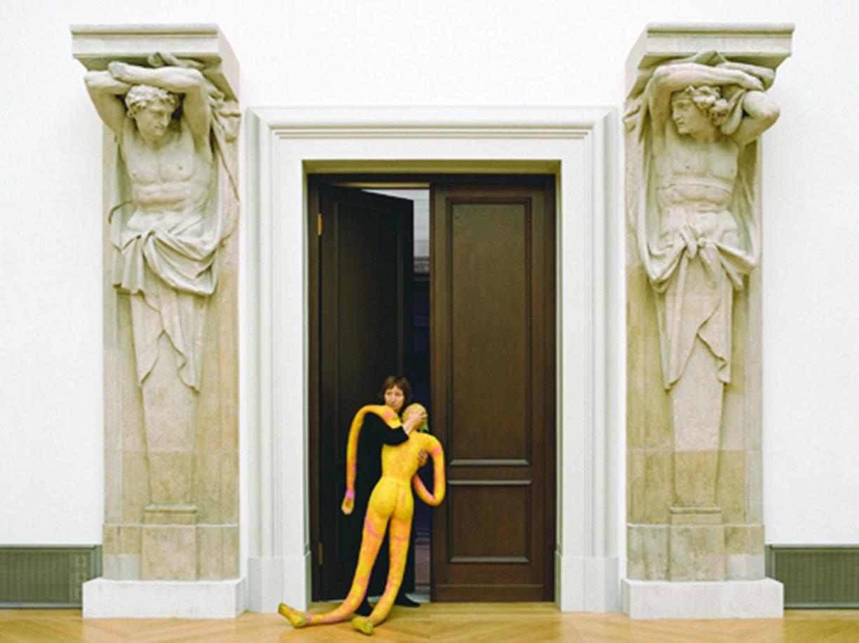 Un fotogramma tratto da  «Unseen» di Holly Zausner (1951), girato nella galleria Wohnmaschine di Berlino. Il film è parte di una trilogia con «The Beginning...»  (2003) e «Second Breath» (2005)