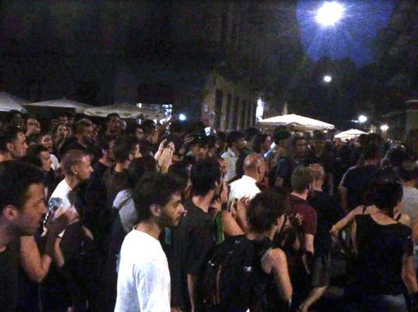 Momento di tensione in piazza Santa Giulia a Torino (Ansa)