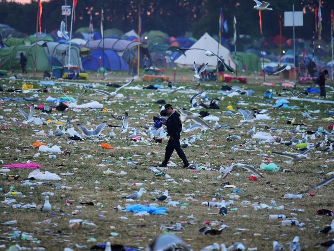 Glastonbury, il day after: dopo il festival rock montagne di rifiuti