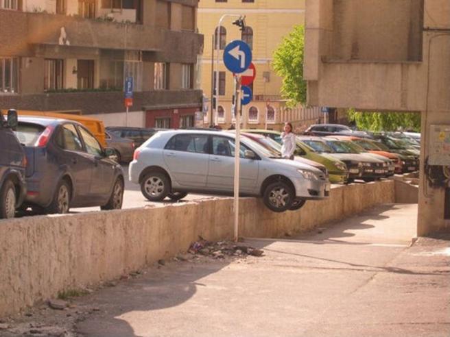 Parcheggi assurdi: sulle strisce pedonali o in mezzo alla strada, ecco i peggiori al mondo